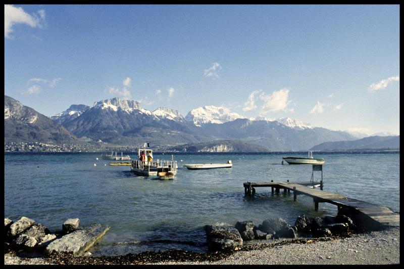 Vue de la barge et du Newmatic au port de Veyrier (fouille CNRAS).