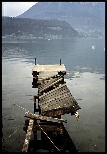 Vue d'un ponton cassé durant la crue de février 1990 (fouille CNRAS).
