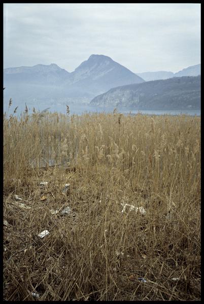 Vue de la pollution des berges après la crue de février 1990 (fouille CNRAS).