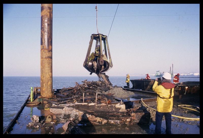 Vue des fragments de carène remontés par la drague sur le ponton (fouille M. L'Hour/Drassm).