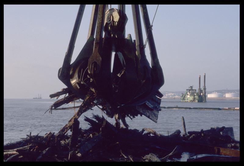 Vue de la remontée de la carène par le grue de dragage sur le ponton (fouille M. L'Hour/Drassm).
