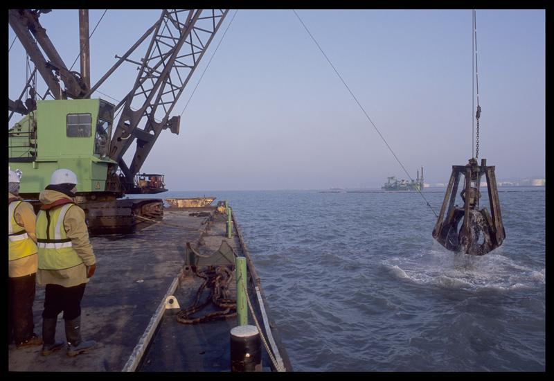 Vue de la remonté de la drague sur le ponton (fouille M. L'Hour/Drassm).
