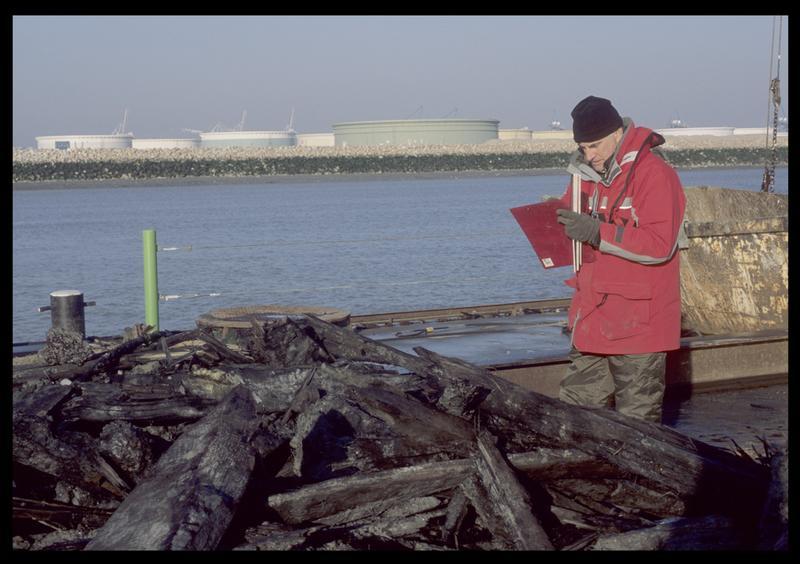 Vue des bois de carène remontée par la drague sur le ponton (fouille M. L'Hour/Drassm).