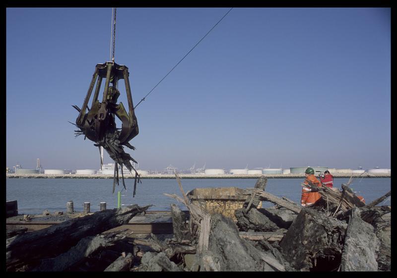 Vue de la remontée de la carène par la drague sur le ponton (fouille M. L'Hour/Drassm).