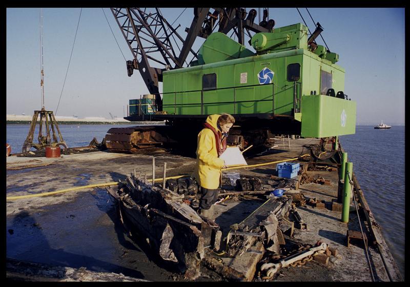 Vue de la prise de mesure des éléments de la carène sur le ponton (fouille M. L'Hour/Drassm).