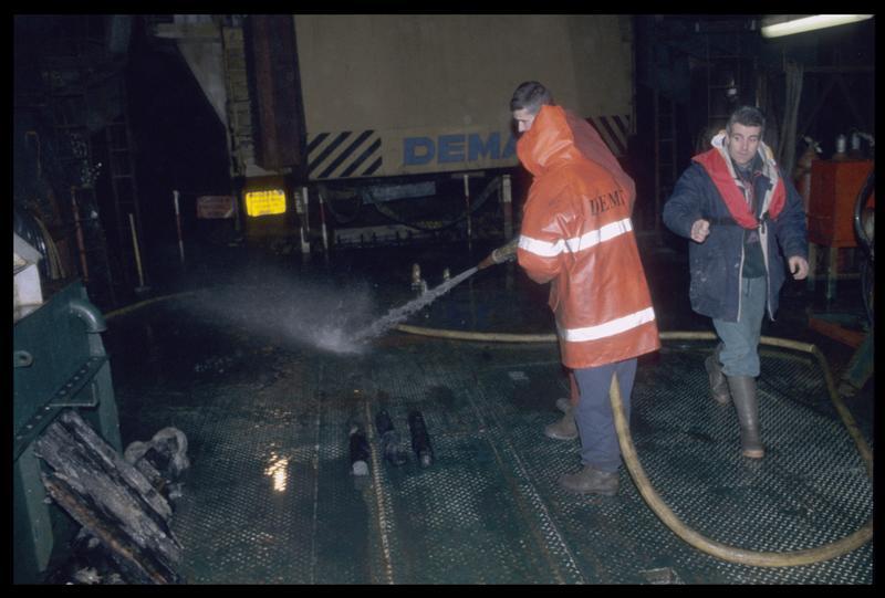 Vue du nettoyage de la grille du chaland de dragage (fouille M. L'Hour/Drassm).