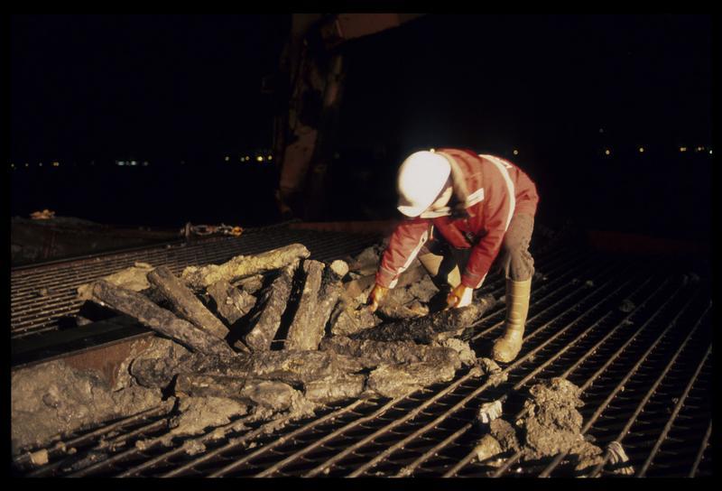 Vue de la récupération des lingots de fer dans les rebuts de drague (fouille M. L'Hour/Drassm).
