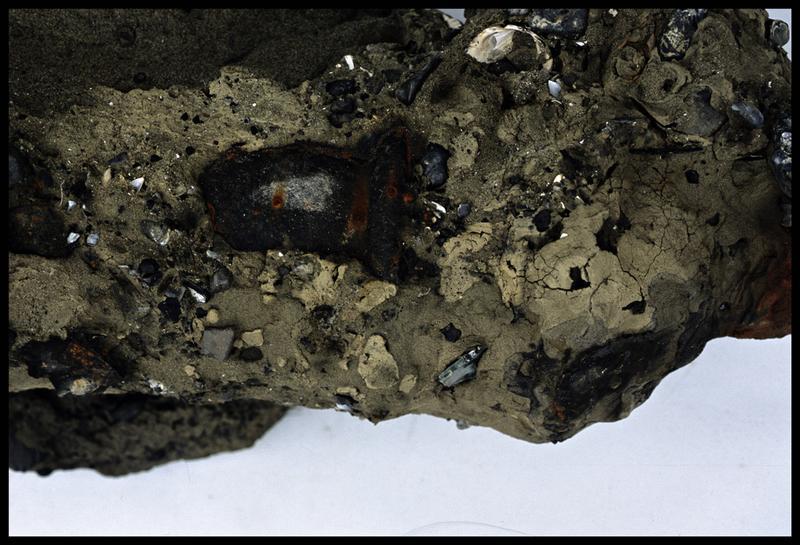 Vue de détail d'une concrétion métallique (fouille M. L'Hour/Drassm).