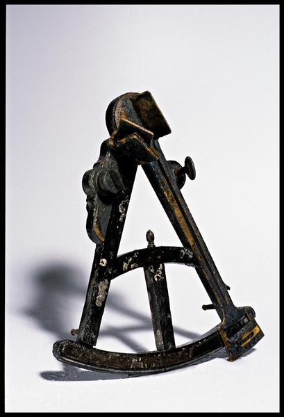 Vue d'un octant de bois, métal et verre (fouille M. L'Hour/Drassm).