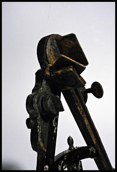 Vue de détail de la partie haute d'un octant de métal et verre (fouille M. L'Hour/Drassm).