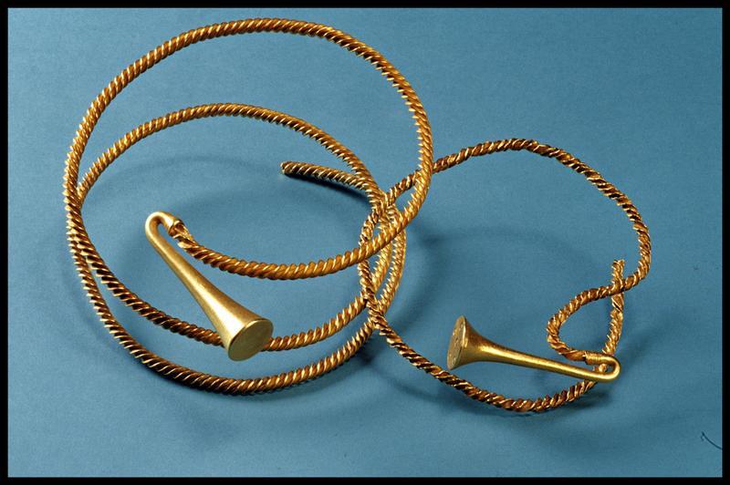 Vue de deux torques en or (fouille M-P. Jézégou/Drassm).