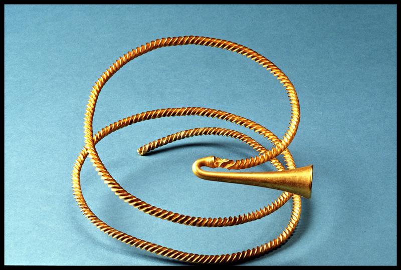 Vue d'un torque en or (fouille M-P. Jézégou/Drassm).