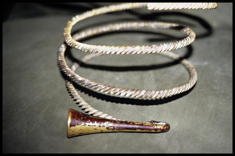 Vue d'un torque en or à sa remontée (fouille M-P. Jézégou/Drassm).