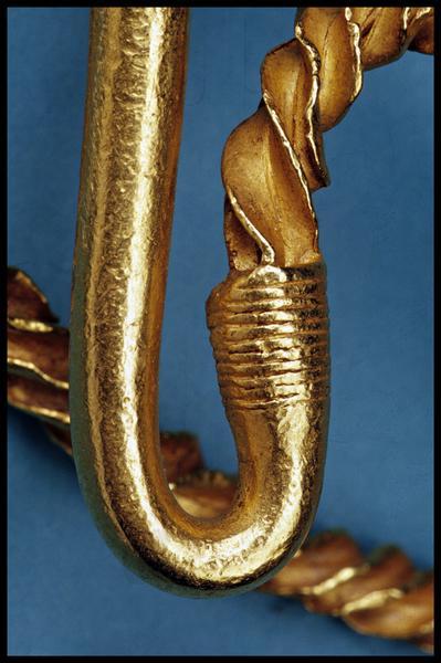 Vue de détail de l'attache entre embout et corps torsadé d'un torque en or (fouille M-P. Jézégou/Drassm).
