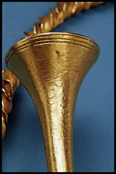 Vue de détail d'un embout de torque en or (fouille M-P. Jézégou/Drassm).