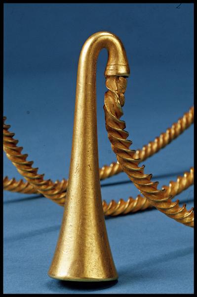Vue de détail de l'embout d'un torque en or (fouille M-P. Jézégou/Drassm).