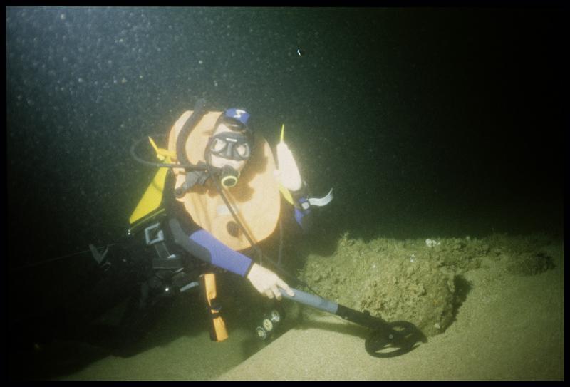 Vue sous-marine d'un plongeur passant le détecteur à métaux (fouille M-P. Jézégou/Drassm).