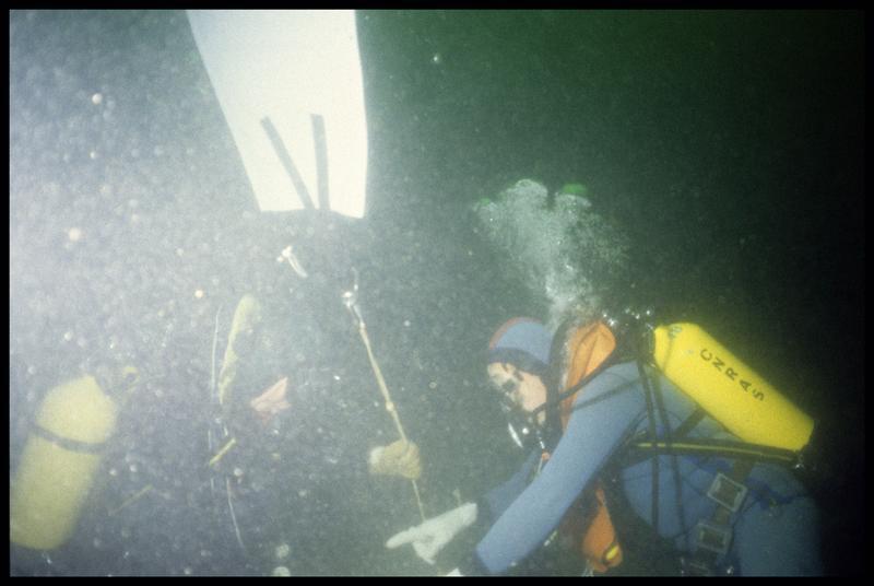 Vue sous-marine de deux plongeurs effectuant le levage avec un ballon (fouille M-P. Jézégou/Drassm).