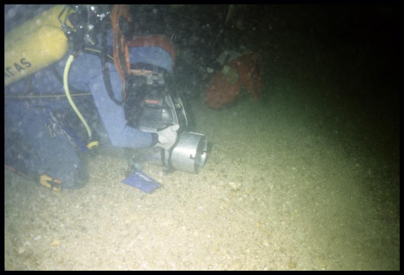 Vue sous-marine d'un plongeur et de la caméra (fouille M-P. Jézégou/Drassm).