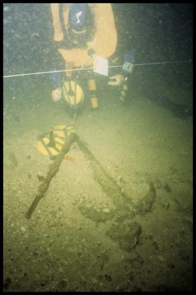 Vue sous-marine d'un plongeur et d'une ancre de fer (fouille M-P. Jézégou/Drassm).