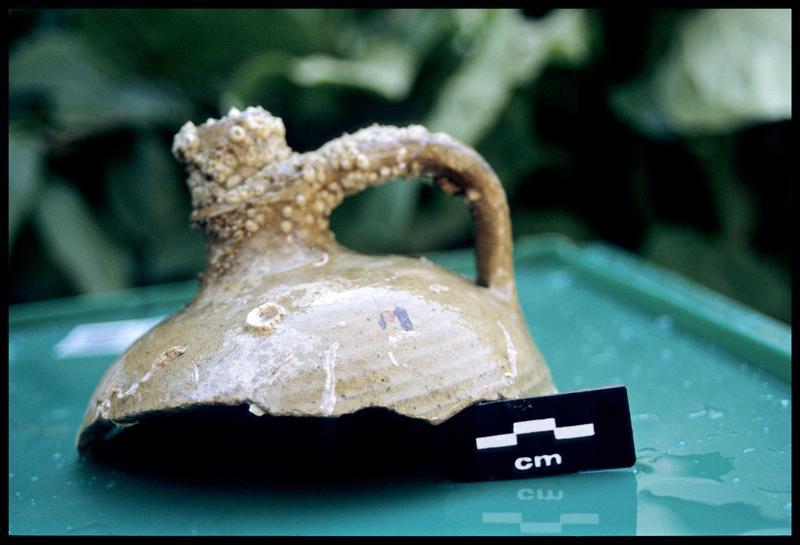 Vue d'un fragment de bouteille à une anse en grès (fouille M-P. Jézégou).