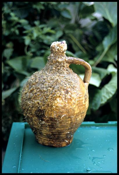 Vue d'une bouteille à une anse en grès (fouille M-P. Jézégou).