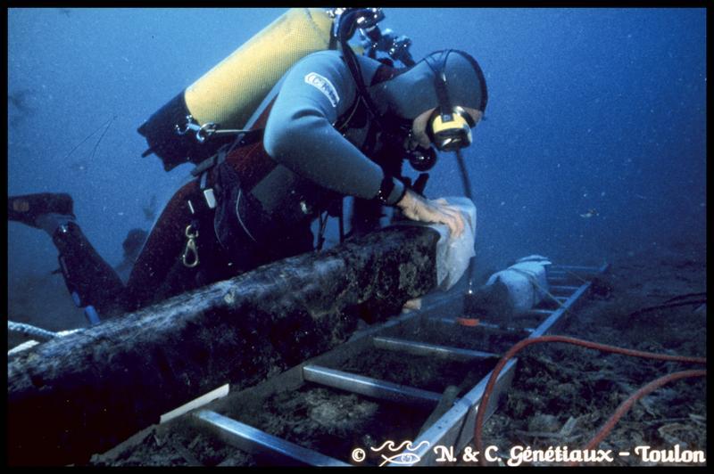 Vue sous-marine d'un plongeur installant une membrure pour sa remontée (fouille M-P. Jézégou/Drassm).