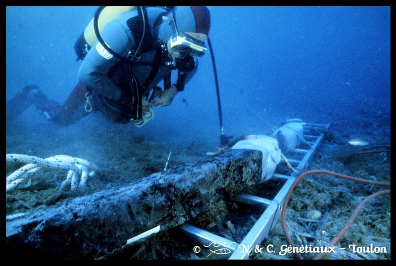 Vue sous-marine d'un plongeur et d'une membrure sur son échelle de remontée (fouille M-P. Jézégou/Drassm).