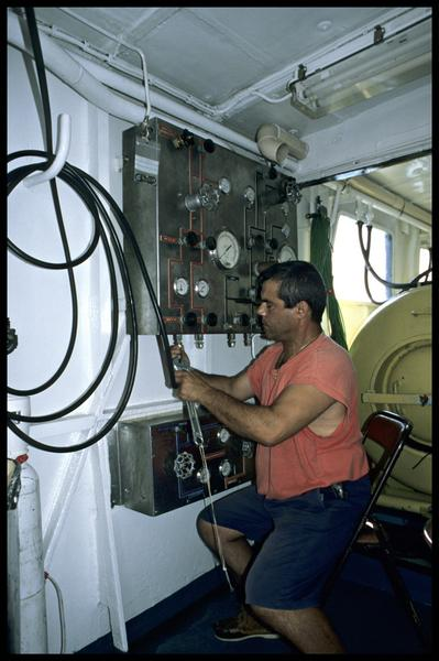 Vue de la manipulation du tableau à oxygène (fouille M-P. Jézégou/Drassm).