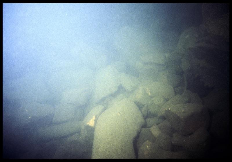 Vue sous-marine des pierres du fond (fouille P. Grandjean/Drassm).