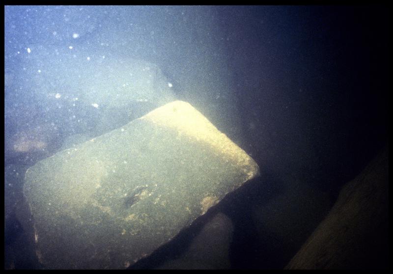 Vue sous-marine d'un blocs de grès du radier in situ (fouille P. Grandjean/Drassm).