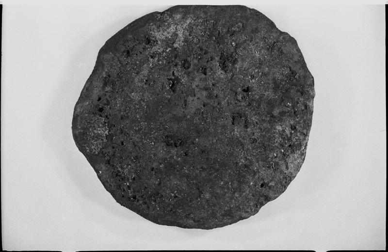 Vue d'une galette de cuivre (fouille J. Gélindo).