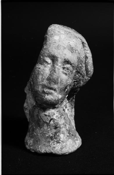 Vue d'une tête de femme scuptée (fouille J. Gélindo).