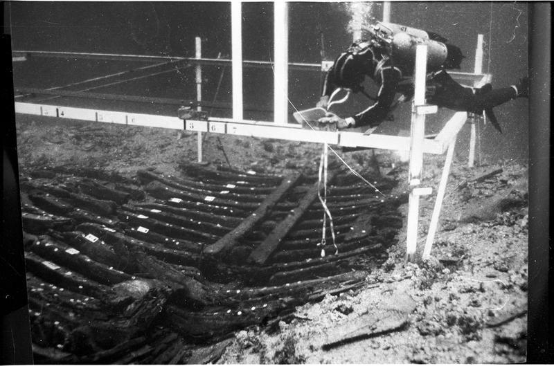 Vue sous-marine d'un plongeur effectuant le relevé de la carène (fouille M. Fournon).