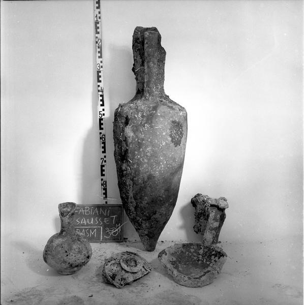 Vue du profil d'un lot avec une amphore gréco-italique et des céramiques diverses (fouille G. Fabiani).