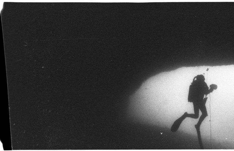Vue sous-marine d'un plongeur à l'entrée de la grotte (fouille J. Courtin).