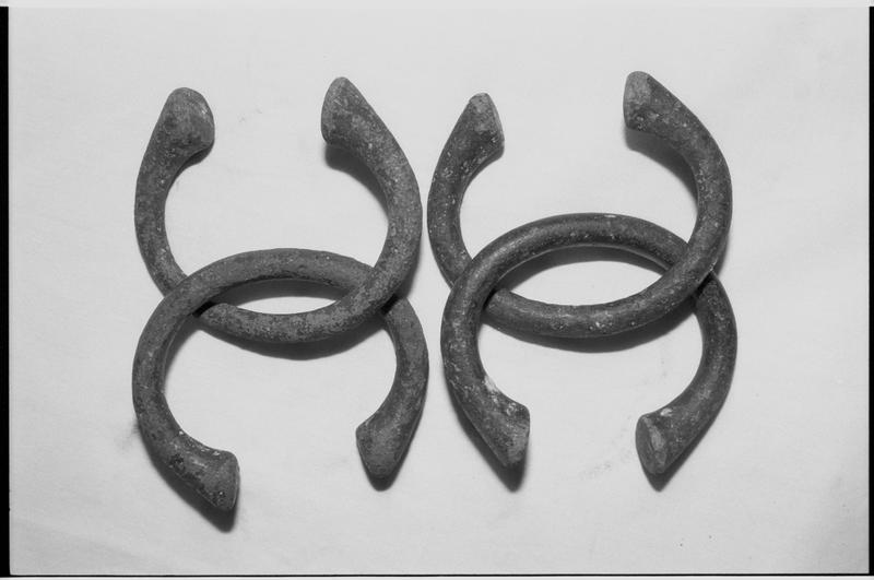Vue d'un lot de quatre bracelets manilles en métal (fouille M. L'Hour/Drassm).