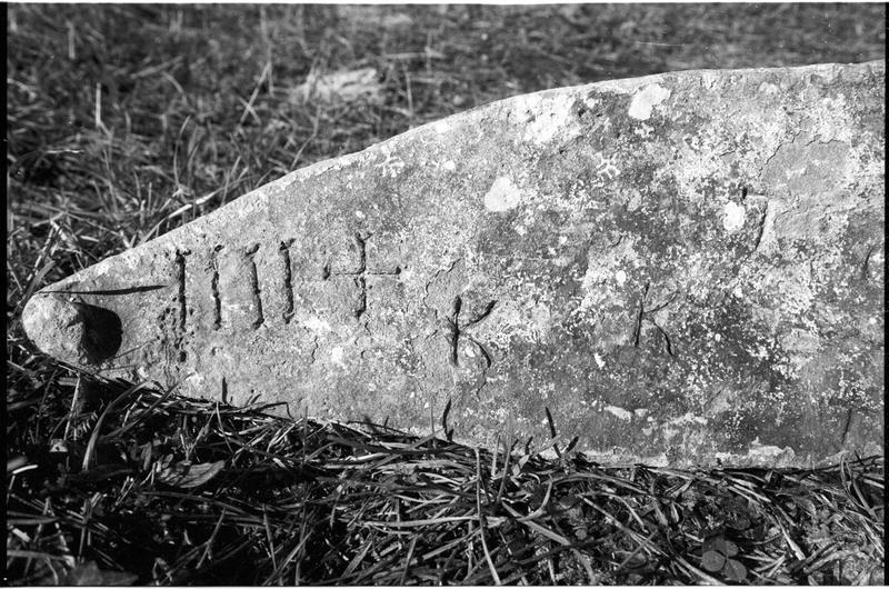 Vue de détail des marques sur un lingot de métal (fouille M. L'Hour/Drassm).