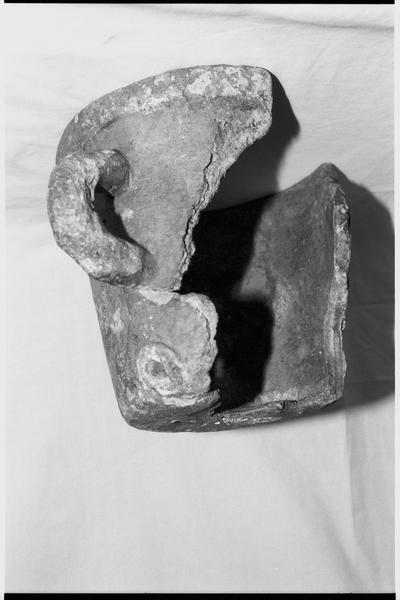 Vue d'une bouche à feu de céramique commune (fouille M. L'Hour/Drassm).