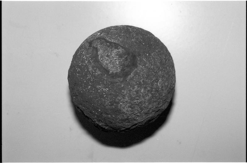 Vue d'un boulet de métal (fouille M. L'Hour/Drassm).