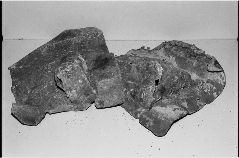 Vue de deux éléments de plomb (fouille M. L'Hour/Drassm).