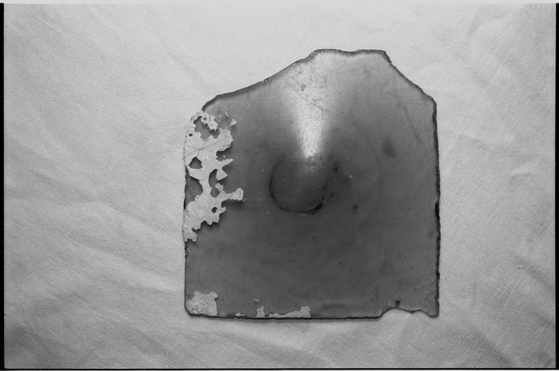 Vue d'un fragment de verre (fouille M. L'Hour/Drassm).
