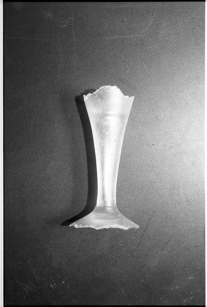 Vue d'un fragment de verre à pied de verre blanc (fouille M. L'Hour/Drassm).