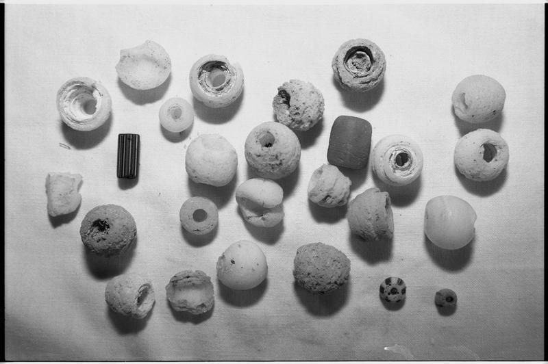 Vue d'un lot de perles de verre (fouille M. L'Hour/Drassm).