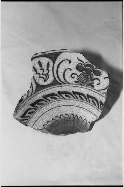 Vue d'un fragment d'une assiette de céramique ornée de fleurs (fouille M. L'Hour/Drassm).