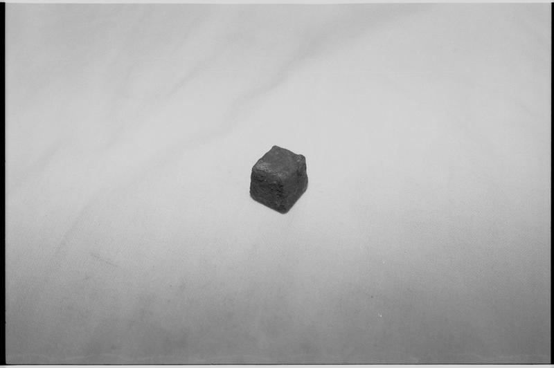 Vue d'un fragment de plomb (fouille M. L'Hour/Drassm).