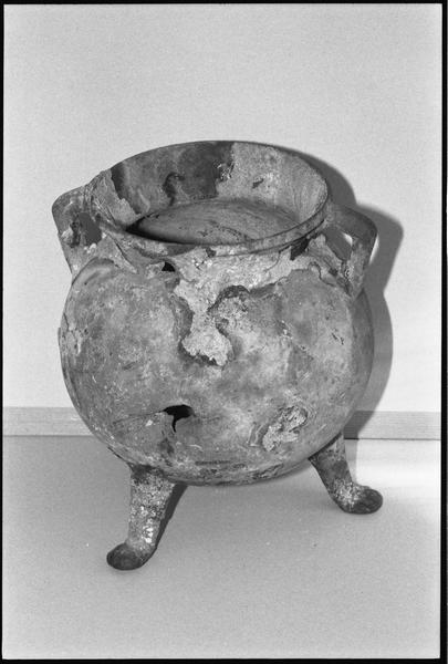 Vue d'un chaudron tripode de métal (fouille Y. Menguy).