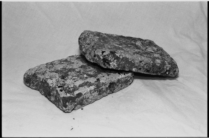 Vue de deux carreaux de céramique (fouille M. L'Hour/Drassm).
