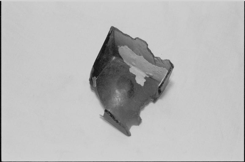 Vue d'un fragment de fond de bouteille carrée de verre (fouille M. L'Hour/Drassm).
