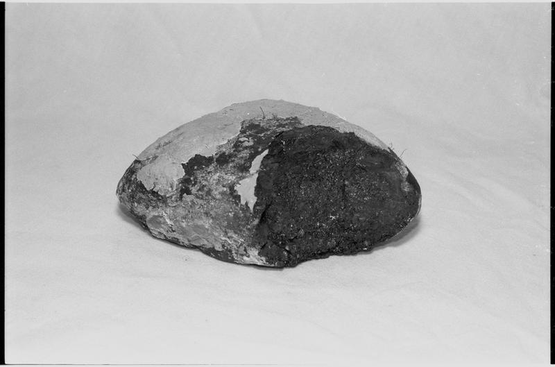 Vue d'un fragment pain de charbon (fouille M. L'Hour/Drassm).